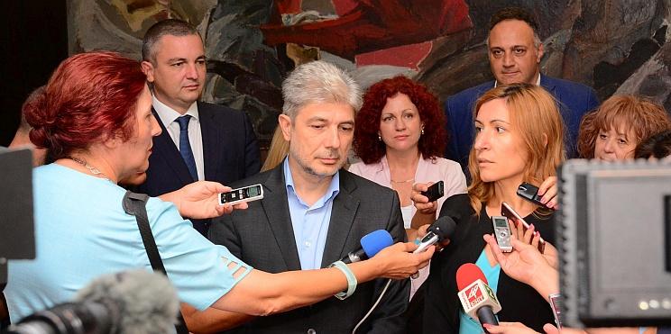 Министър Ангелкова пред медии във Варна