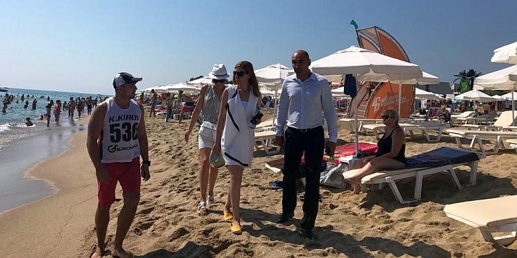 проверката на плаж Обзор-централен от министър Николина Ангелкова и кметът на Обзор Христо Янев
