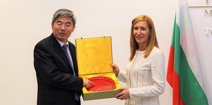 Джан Хайджоу, посланик на Китай в България, и Николина Ангелкова, министър на туризма