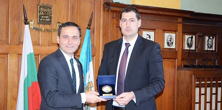 генералният консул на Република Турция Ергани и кметът на Пловдив Тотев