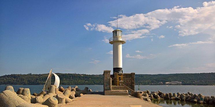 фар на пристанище Варна