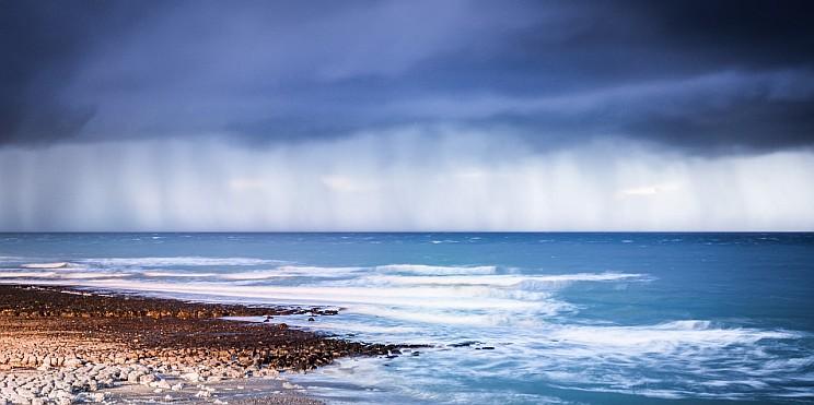 дъжд в морето