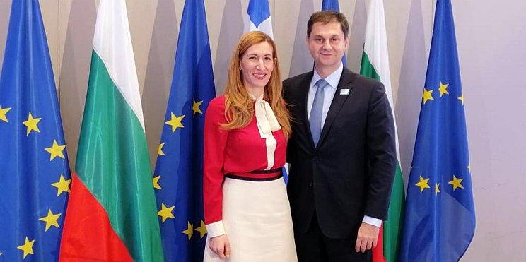 министър Ангелкова и министър Теохарис